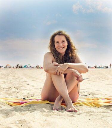 goli na plazi nudistickoj