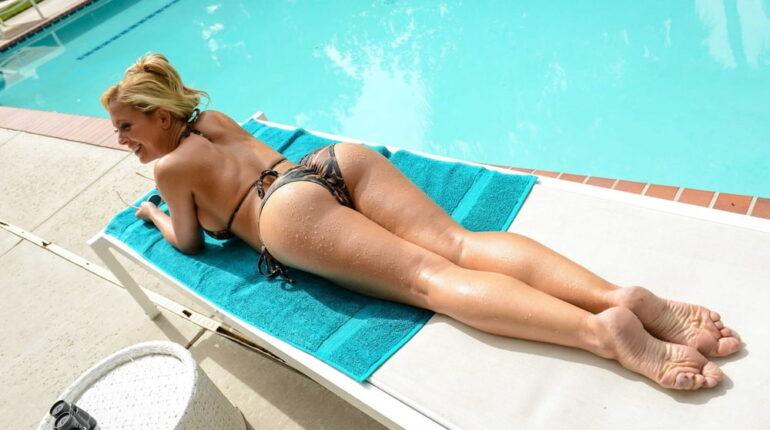 komšinica se sunča u bikiniju