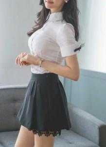 mlada crnokosa u suknjici