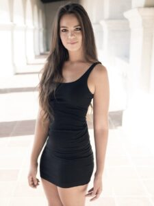 ćerka ortaka u seksi haljini