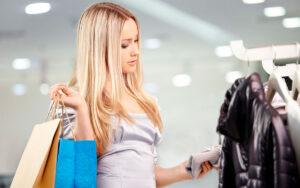sexy plavuša kupuje haljinu