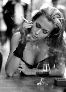 transica puši cigaretu